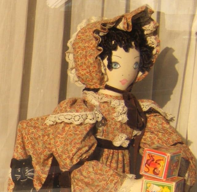 La poupée dans la vitrine