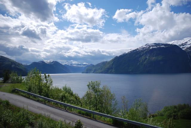 la route le long du fjord