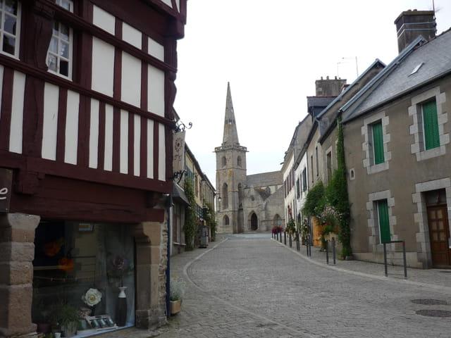 La Rue vers l'église de La Roche Derrien