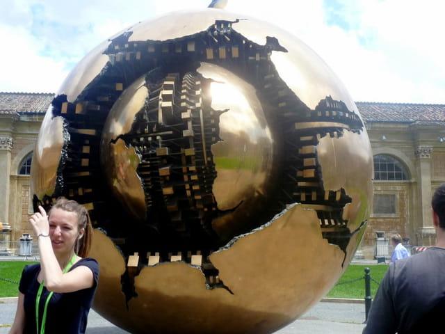la sphère de Gio Pomodoro dans la cour du musée du Vatican
