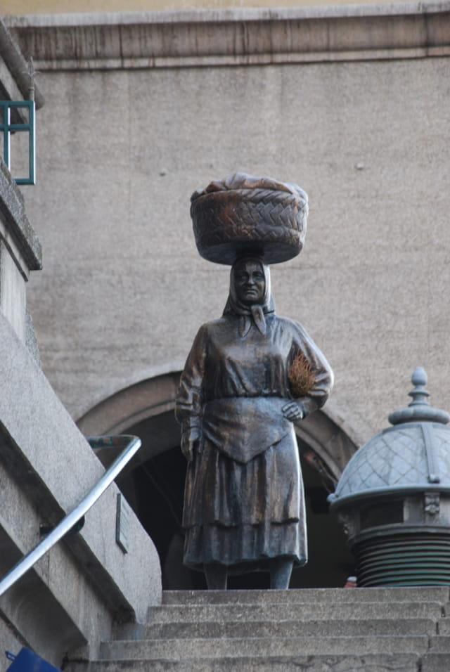 la statue à l'entrée du marché
