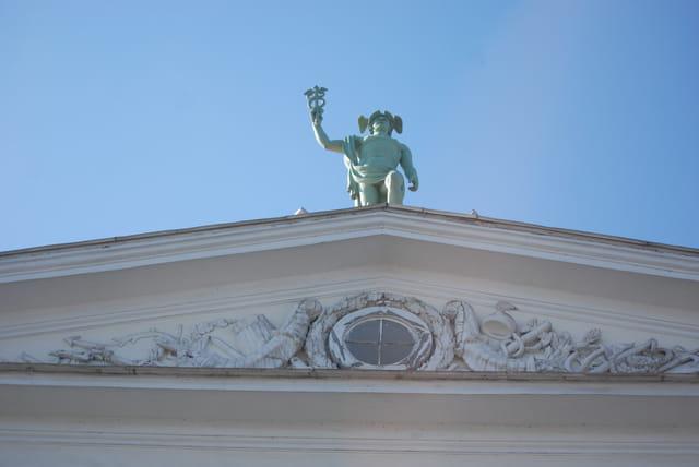 la statue au sommet de l'immeuble