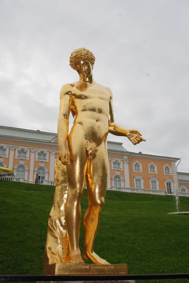 la statue en bronze doré