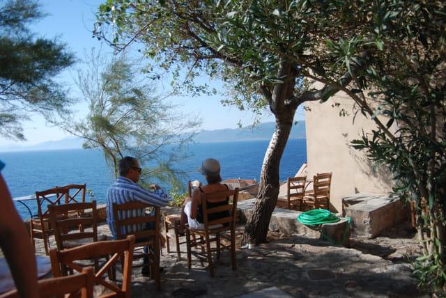 la terrasse sur la mer Egée