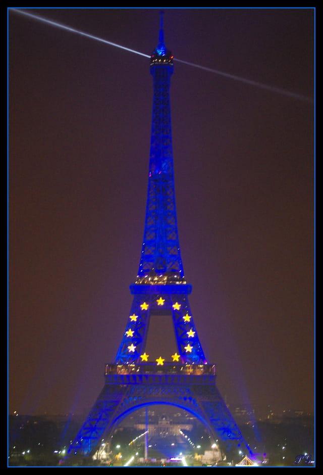 La tour EIFFEL ; habillage européen.