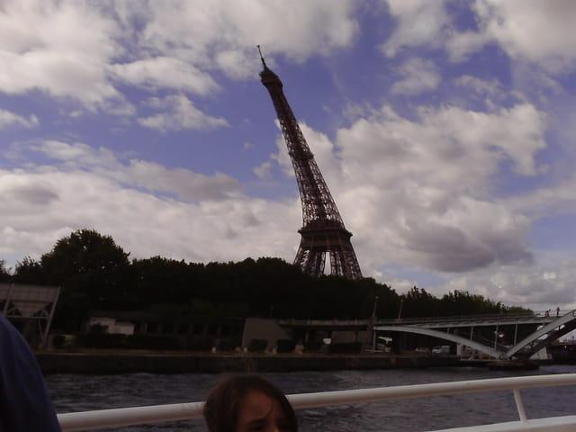 La Tour Eiffel ressemble à la Tour de Pise