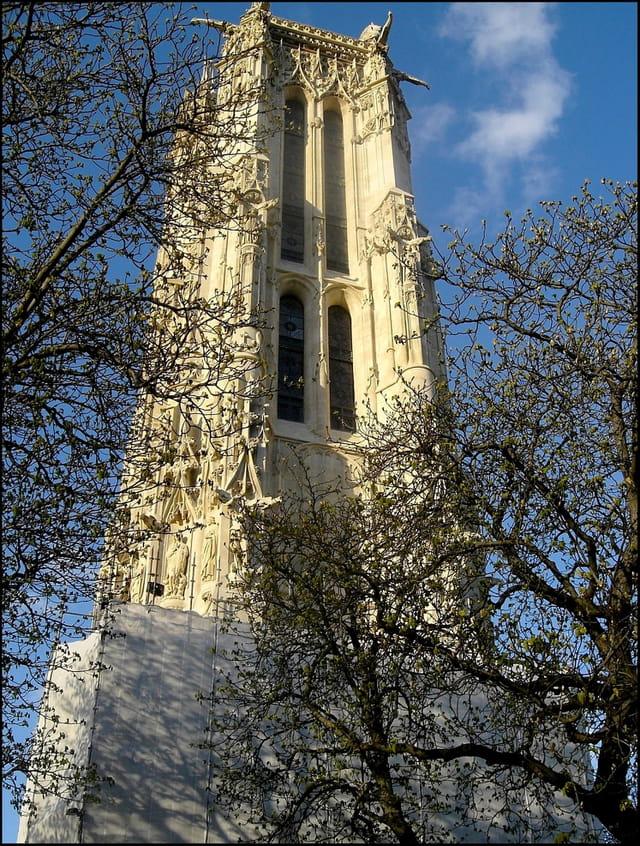 La Tour Saint-Jacques peu à peu se dévoile