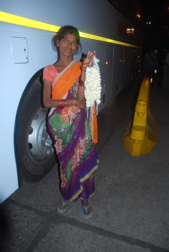 la vendeuse de bracelets en fleurs de tiaré