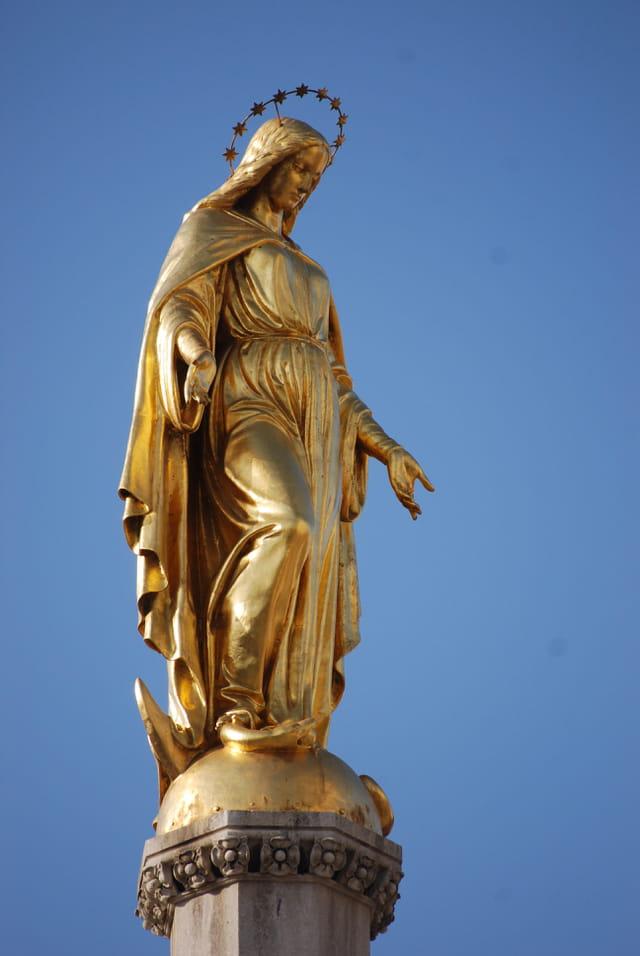 la Vierge face à la Cathédrale Saint Stéphane
