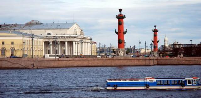 la Volga et les colonnes rostrales
