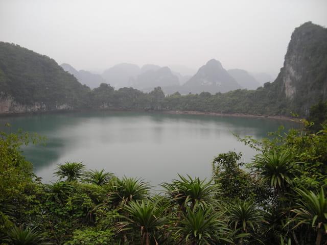 Lac dans la baie d'Halong