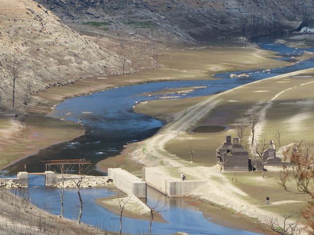 Lac de Guerlédan asséché