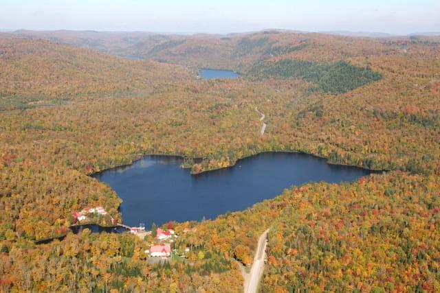 Lac en coeur en automne