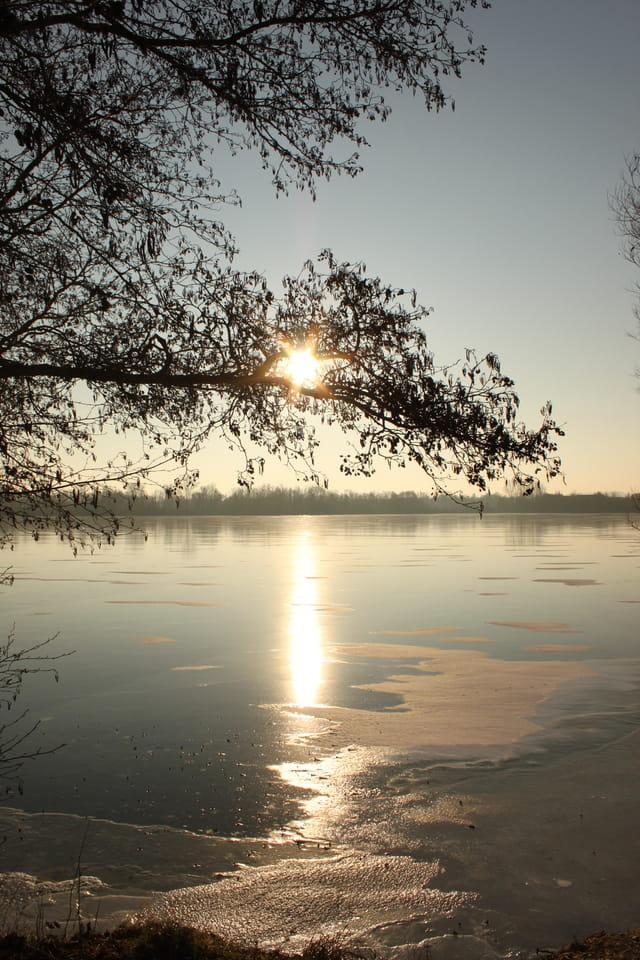 Lacs gelés au lever du soleil