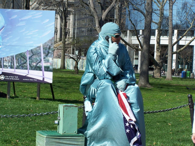 """Lady Liberty victime du """"cell phone"""""""