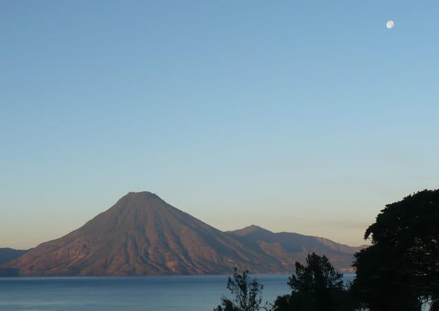 Lago de Atitlàn et le volcan San Pedro