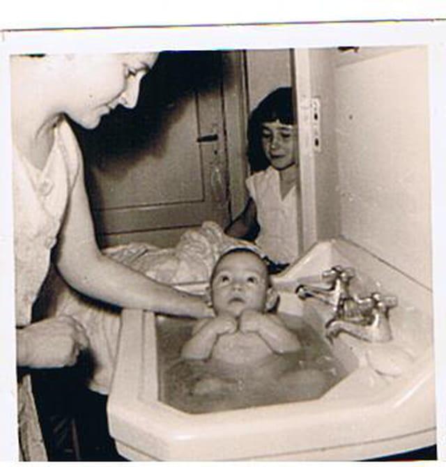 Le 1° bain du petit frère hervé