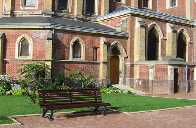 Le banc et l'église Houlgate