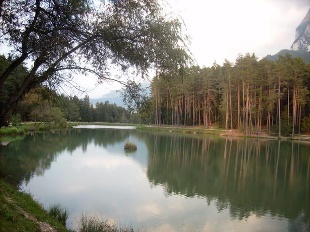 Le charme d'un petit lac de montagne (Dolomites)