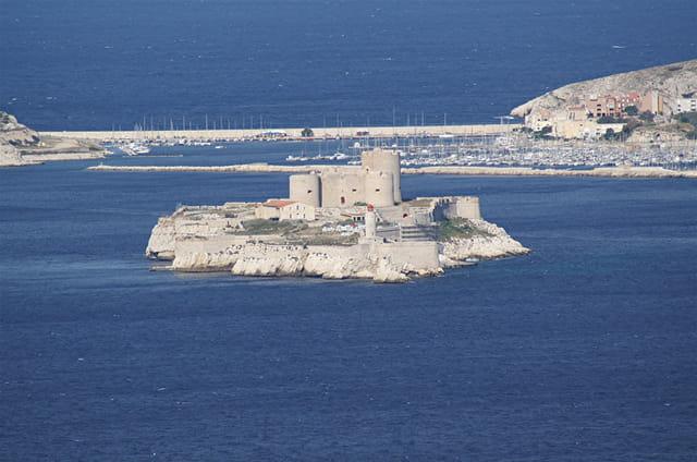 Le château d'If devant le Frioul