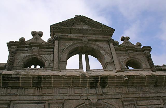 Le château de KERJEAN, fronton sur la porte cochère