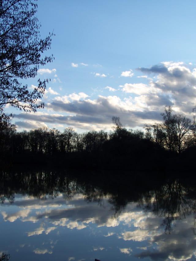 le ciel bleu nuageux