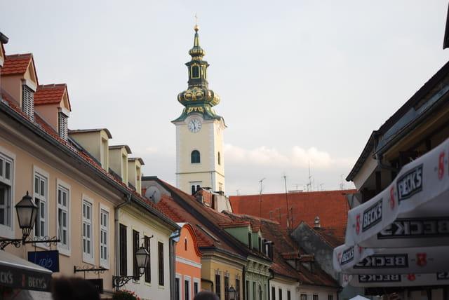 le clocher aperçu de la rue des cordonniers