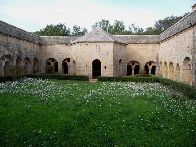 Le cloître de l'abbaye du Thoronet.