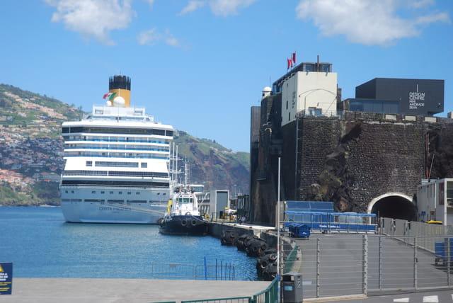 le Costa Pacifica dans le port de Funchal
