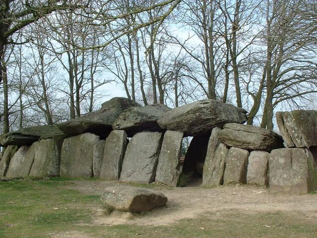 Le dolmen de la Roche aux fées compte parmi les plus beaux de l'est armoricain