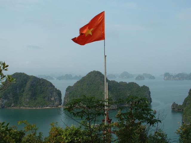 Le drapeau flotte sur la baie d'Along