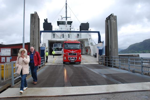le ferry qui traverse le fjord