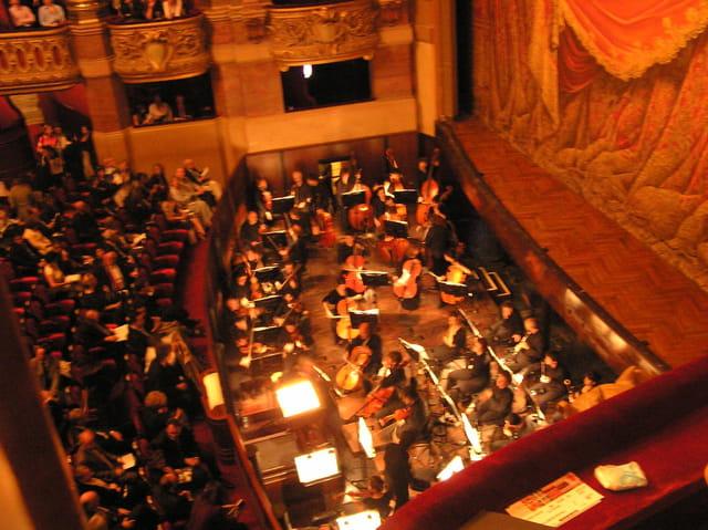 Le front de scène de l'Opéra
