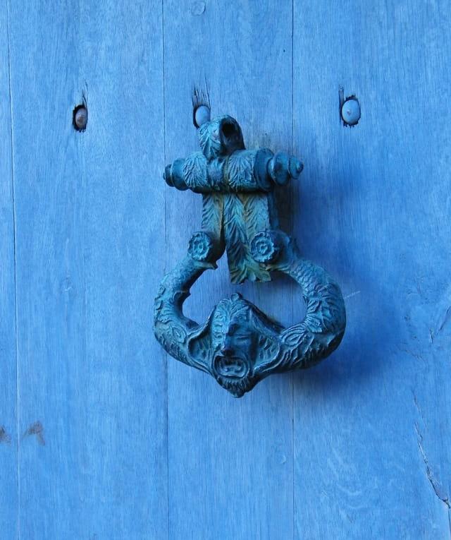 Le heurtoir bleu