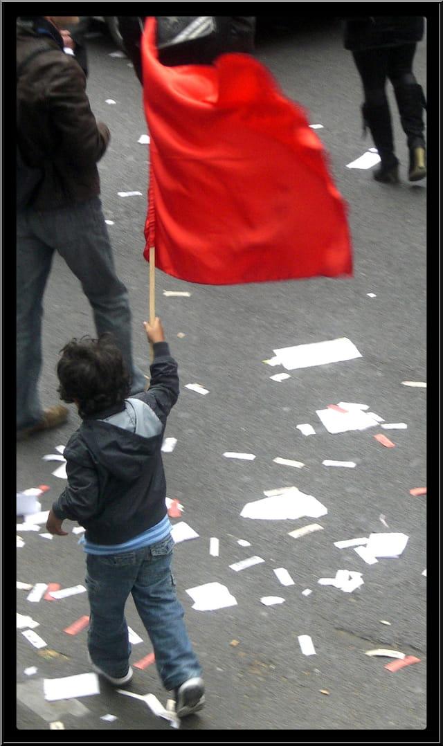 Le jeune porte-drapeau