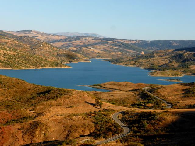 Le lac de Zahara de la Sierra en Andalousie