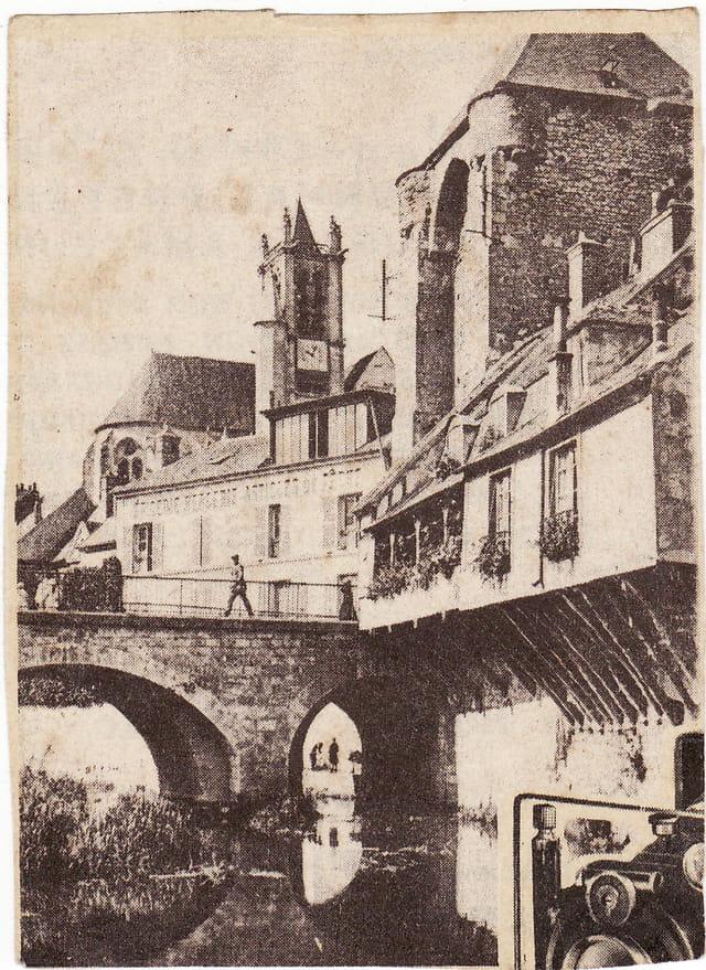 Le pont de pierre, l'église, le chateau à Moret (77)