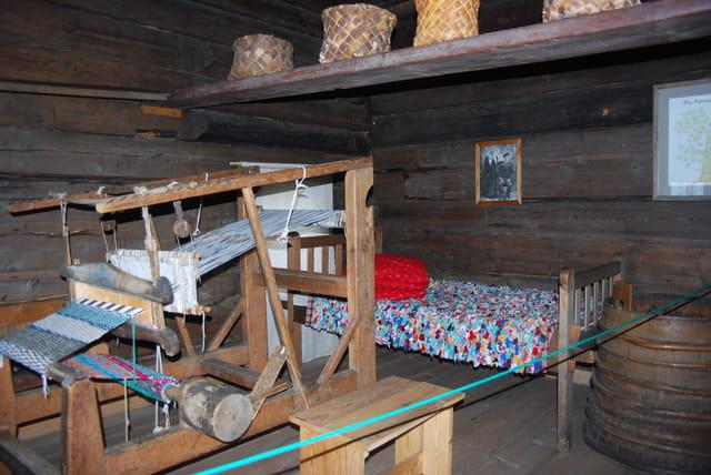 le métier à tisser et le lit de l'isba Russe
