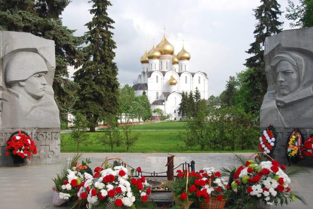 le monuments aux morts devant la cathédrale de la Dormition