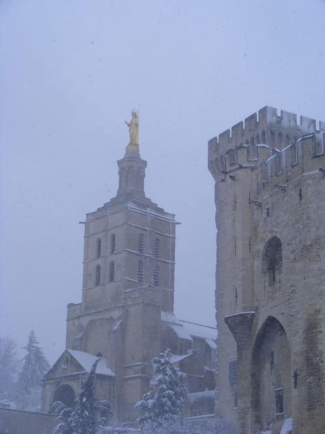 Le Palais des Papes sous la neige