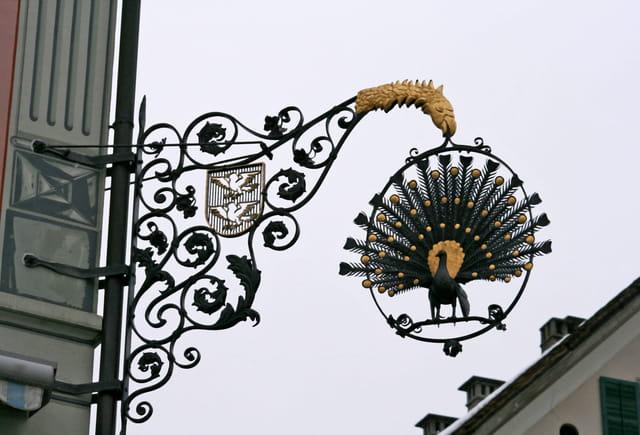Le paon et les corbeaux
