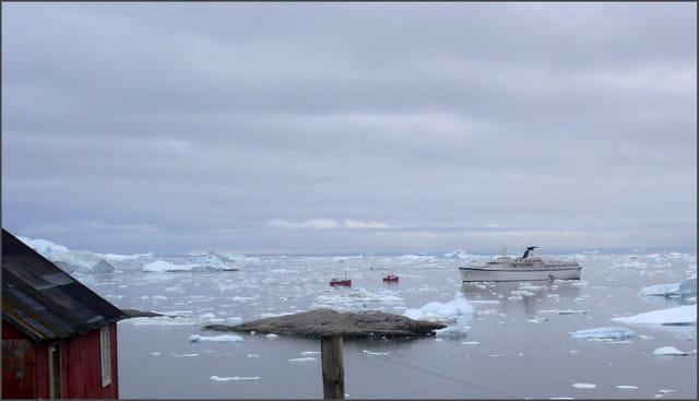 Le paquebot dans les icebergs