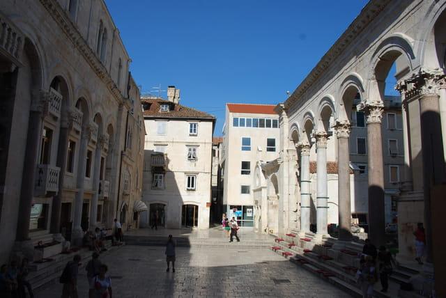 le péristyle ouvert du Palais de l'Empereur Dioclétien