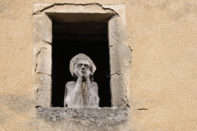 Le personnage de bois à sa fenêtre