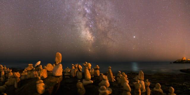 Le peuple de pierre face à la voie lactée