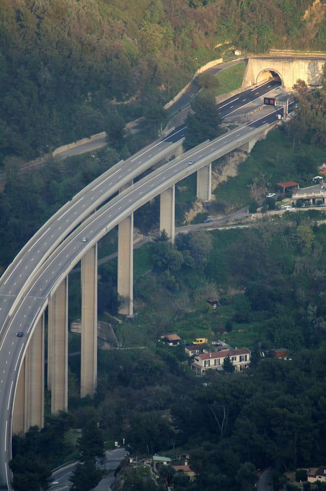 Le pont d'autoroute