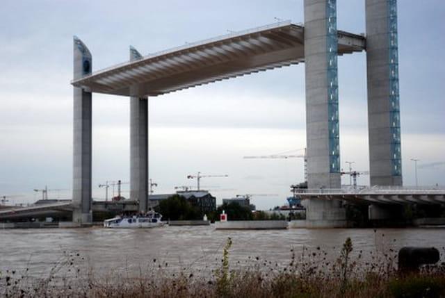 Le pont levant chaban delmas par genevieve lapoux sur l 39 internaute - Le pont levant de bordeaux ...