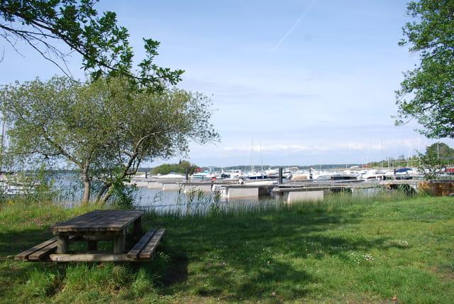 Le port au bord du lac