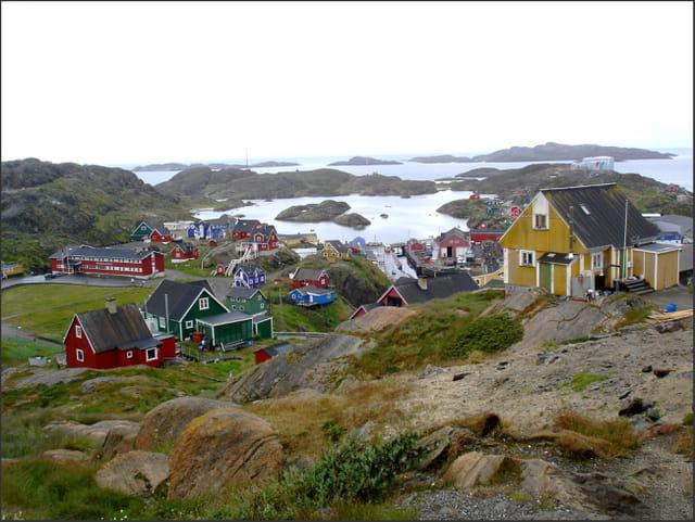 Le port et le vieux village en été