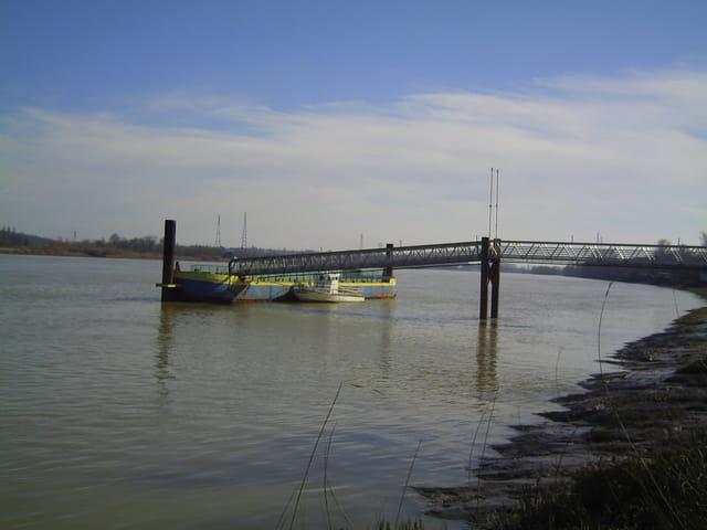 Le port sur la rivière